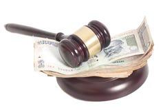 Marteau de juge et billets de banque indiens de roupie de devise Photo stock