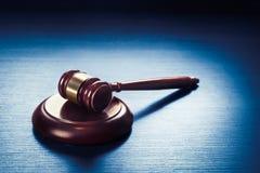 Marteau de juge sur un fond en bois bleu Images libres de droits