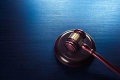 Marteau de juge sur un fond en bois bleu Images stock