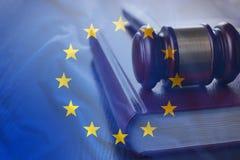 Marteau de jugement sur le code des lois d'UE photographie stock libre de droits