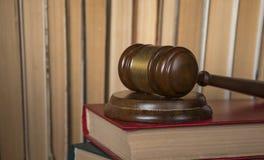 Marteau du juge sur les vieux livres image libre de droits