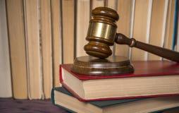 Marteau du juge sur les vieux livres photos libres de droits