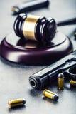 Marteau du marteau du juge Justice et arme à feu Justice et l'ordre judiciaire dans l'utilisation illégale de des armes Jugement  image libre de droits
