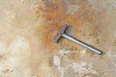 Marteau en acier sur le plancher en béton photos stock