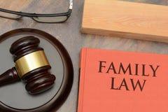 Marteau en bois de droit de la famille et livre rouge photos libres de droits