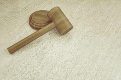 Marteau en bois de juge sur le conseil concret Photo libre de droits