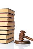 Marteau en bois et vieux livres de loi photographie stock