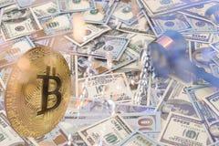 Marteau en bois sur billet de banque de dollar US image stock
