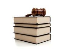 Marteau en bois sur une pile de livres de loi Photographie stock