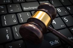 Marteau et clavier en bois - justice et concept de loi Illustration Libre de Droits