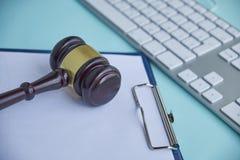Marteau et clavier en bois sur le bureau photographie stock libre de droits