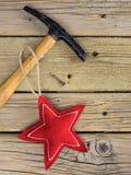 Marteau et clou d'étoile de Noël Images libres de droits