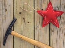 Marteau et clou d'étoile de Noël Images stock