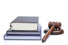 Marteau et livres de loi en bois Image stock
