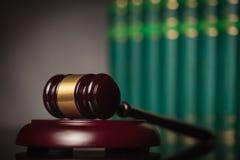 Marteau et livres de loi en bois Images libres de droits