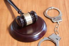 Marteau et menottes juridiques photos libres de droits