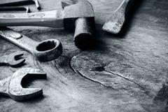 Marteau et outils rouillés sur le vieux fond en bois grunge Images libres de droits