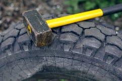 Marteau et pneu Images stock