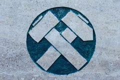 Marteau et sélection sur la surface en pierre Images stock