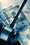 Marteau, feuille d'impôt et dollars en bois Images stock