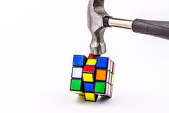 Marteau heurtant le cube en Rubik Photo libre de droits