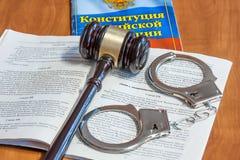 Marteau juridique, codes des lois et menottes photos libres de droits