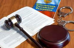 Marteau juridique, codes des lois et menottes images libres de droits