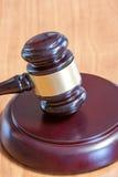 Marteau juridique sur une table en bois photos libres de droits