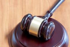 Marteau juridique sur une table en bois photo libre de droits