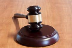 Marteau juridique sur une table en bois image libre de droits