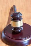 Marteau juridique sur une table en bois image stock
