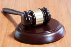 Marteau juridique sur une table en bois images libres de droits