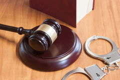 Marteau, menottes et codes des lois juridiques images libres de droits