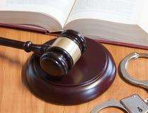 Marteau, menottes et codes des lois juridiques images stock