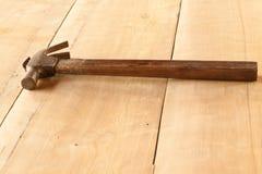 Marteau sur la table en bois Image libre de droits