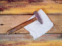 Marteau sur un fond en bois Photographie stock libre de droits
