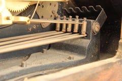Marteaux en laiton de carillon dans une horloge antique Photos libres de droits