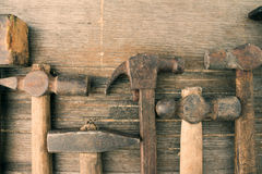 Marteaux sur un vieux fond en bois grunge sale Photos libres de droits