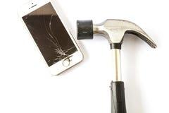 Martele e um smartphone com uma tela quebrada Fotografia de Stock Royalty Free