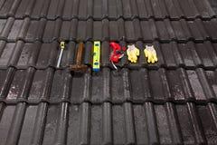 Ferramentas da construção em telhas de telhado Foto de Stock Royalty Free