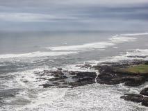 Martellare ondeggia sulla costa irregolare Immagini Stock Libere da Diritti