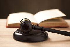 Martelletto davanti al libro di legge Immagine Stock Libera da Diritti