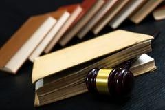 Martelletto del giudice accanto al mucchio dei libri fotografie stock