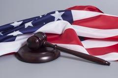 Martelletto del giudice con la bandiera americana Fotografie Stock