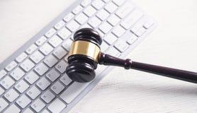 Martelletto del giudice con la tastiera di computer Concetto del crimine del Internet fotografia stock libera da diritti