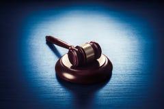 Martelletto del giudice su un fondo di legno blu Fotografia Stock Libera da Diritti