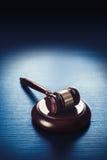 Martelletto del giudice su un fondo di legno blu Immagini Stock Libere da Diritti