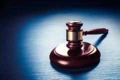 Martelletto del giudice su un fondo di legno blu Fotografie Stock