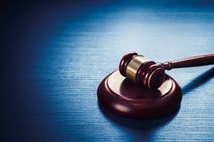 Martelletto del giudice su un fondo di legno blu Immagini Stock