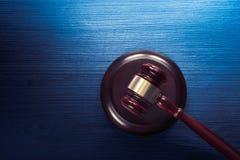 Martelletto del giudice su un fondo di legno blu Fotografie Stock Libere da Diritti
